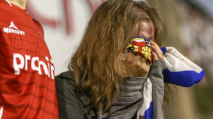 Una aficionada del Zaragoza, con gesto de tristeza.