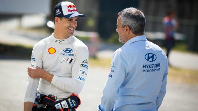 Dani, junto a su jefe directo, Alain Penasse.