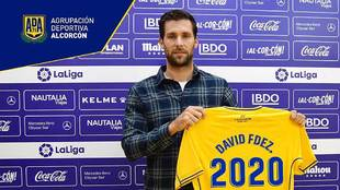 David Fernández posa para el club con el año de su renovación en la...