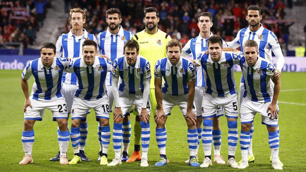 Los jugadores de la Real Sociedad posan para la prensa antes de...