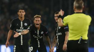 El momento del reclamo de Neymar al árbitro holandés