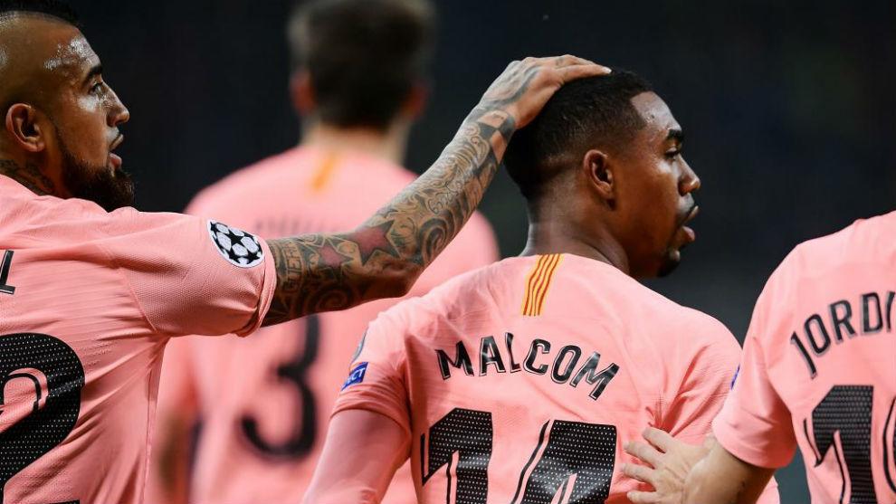 Arturo Vidal felicita a Malcom por su gol contra el Inter en Milán.