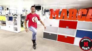 Juan Muñoz  da toques a un balón en la redación de MARCA antes de...