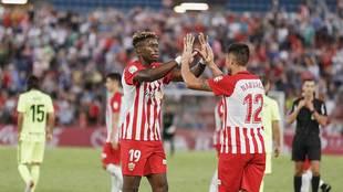 Sekou y Narváez se felicitan tras el triunfo ante el Zaragoza