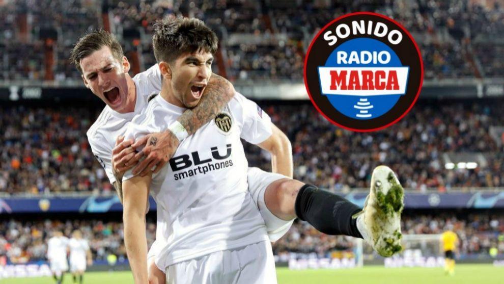 Carlos Soler y Santi Mina celebran el gol del primero