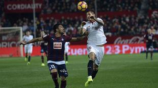 Mauro Dos Santos, en un partido con el Eibar ante el Sevilla.
