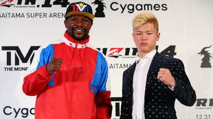 Floyd Mayweather Jr. y Tenshin Nasukawa en la rueda de prensa.