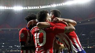 Los jugadores celebran el gol de Saúl.