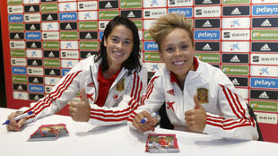 Marta Torrejón y Amanda Sampedro en una firma de autógrafos.