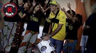 Sainz tocó el tambor y acompañó a un grupo de batucada en Sao...