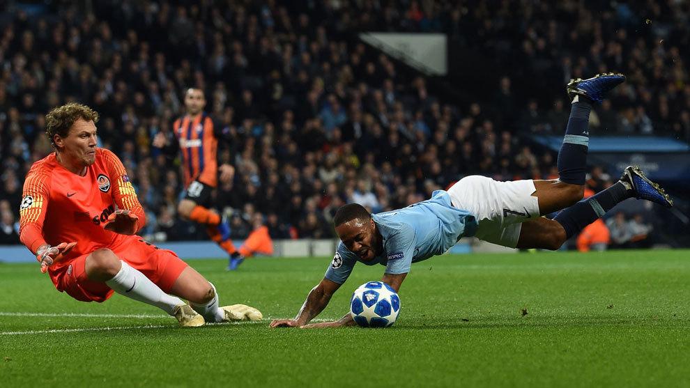 Sterling cae ante Pyatov después de tropezar con el césped