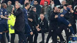 Mata y Mourinho festejan un gol del United