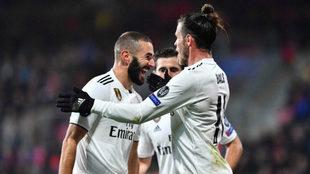 Benzema y Bale celebran un gol
