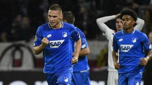 Kaderabek celebra su gol al Lyon