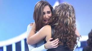 Marialia abrazando a Noelia Franco tras evitar su expulsión de...