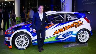 Aviñó, con el Ford Fiesta R5 que pilotará este fin de semana.