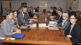 Esta es la histórica primera mesa de negociación sindical para el...