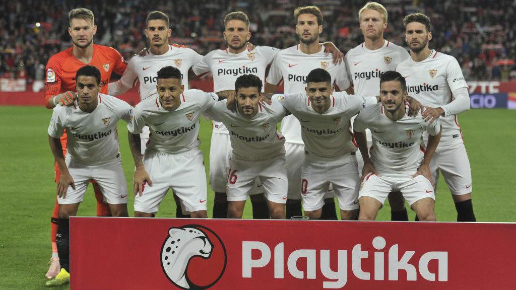 Los jugadores del Sevilla posan para la prensa antes de enfrentarse al...