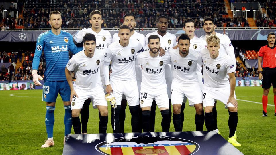 Los jugadores del Valencia posan para la prensa antes de enfrentarse...