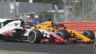 Magnussen y Alonso emperejados durante el GP de Gran Bretaña