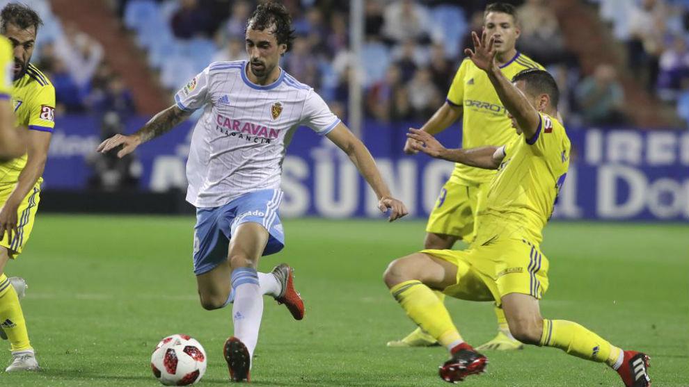 Eguaras conduce un balón durante el partido contra el Cádiz.