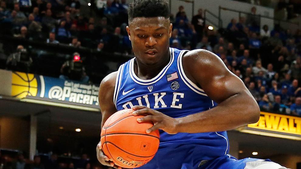 Zion Williamson atrapa un rebote en su debut con Duke ante Kentucky.