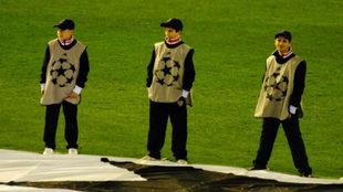Carlos soler, en el centro, junto a la lona de la Champions.