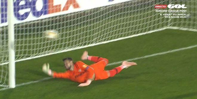 El Sevilla se libra del empate con un penalti al palo