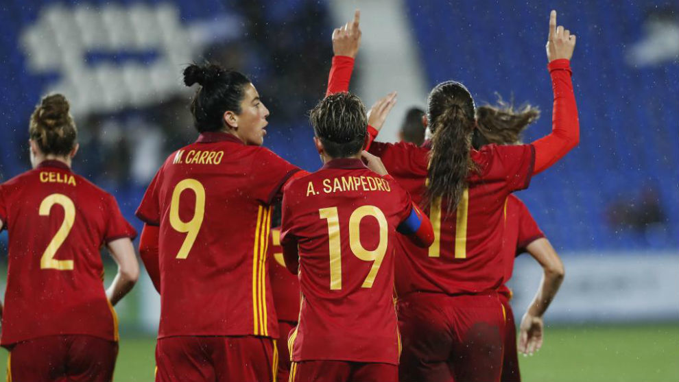 Alexia Putellas celebra el gol con los brazos al cielo.