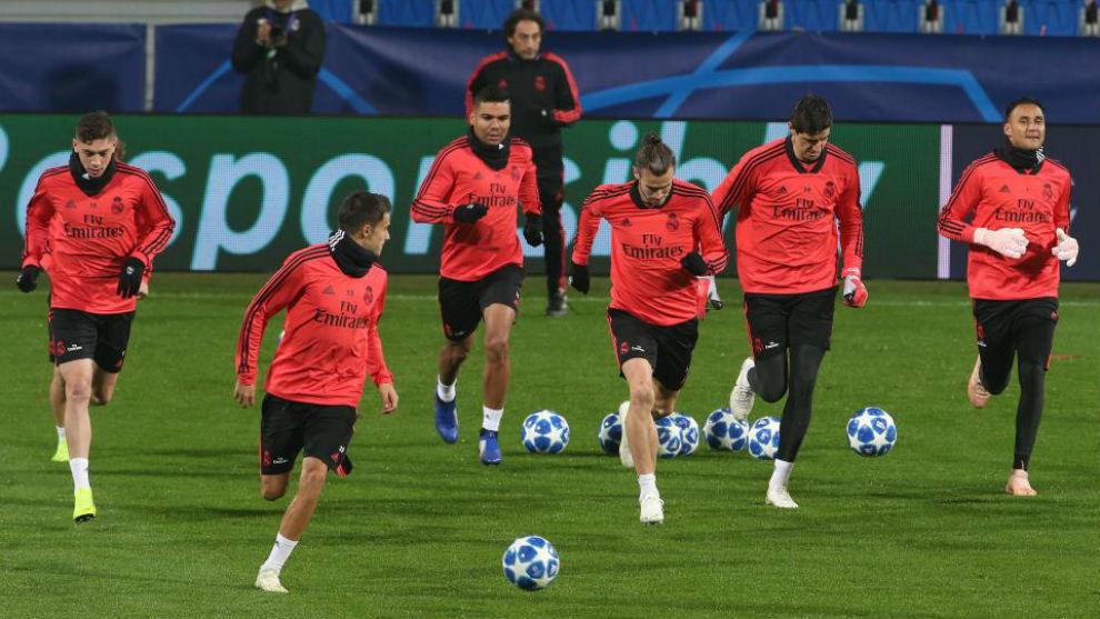 Los jugadores del Real Madrid, en el entrenamiento antes del partido...