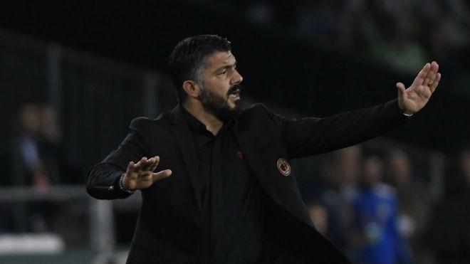 Gattuso da instrucciones a sus jugadores.