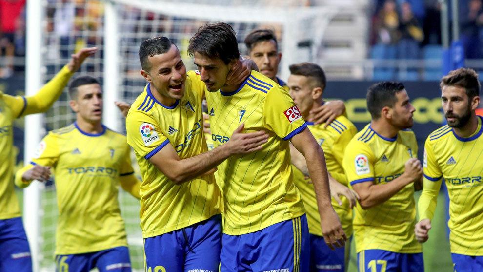 Dejan Lekic celebra un gol con el Cádiz.