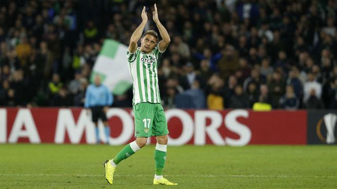 Joaquín aplaude a la afición tras ser sustituido por Setién en el...
