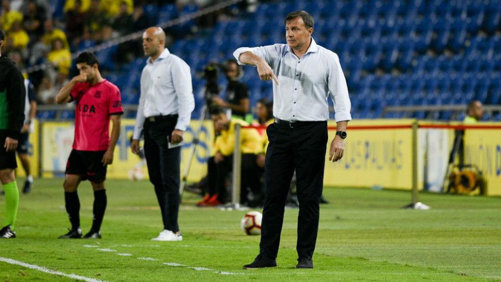 Cristóbal Parrado dando instrucciones durante un partido