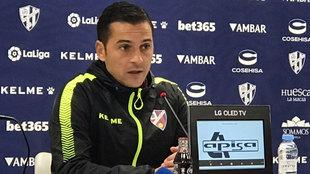 Francisco, técnico del Heusca, durante la rueda de prensa.