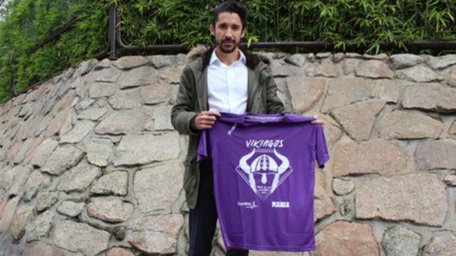 Gustavo Nieves posa con la camiseta del equipo madridista en el Derbi...
