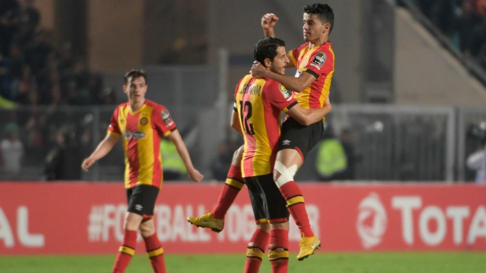 Dos futbolistas del Esperance celebran la consecución del título...
