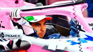 Checo Pérez en su monoplaza antes del GP de Brasil
