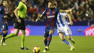 José Luis Morales se dispone a rematar a portería en el partido ante...