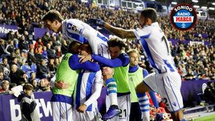 Los futbolistas de la Real Sociedad celebran el 1-3 de Oyarzabal.