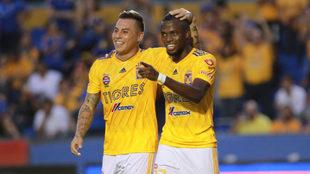 Vargas y Valencia se abrazan.