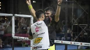 Gómez Silingo y Allemandi se felicitan por su triunfo en cuartos, que...