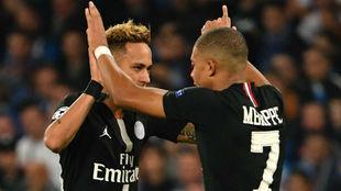Neymar es felicitado por Mbappé tras marcar un gol con el PSG.