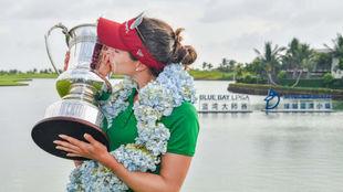 Gaby López besa la copa de campeona del Blue Bay.