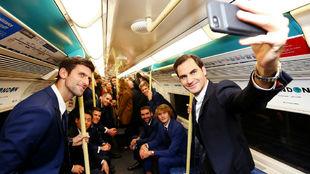 Federer hace un 'selfie' en presencia de los otros siete...