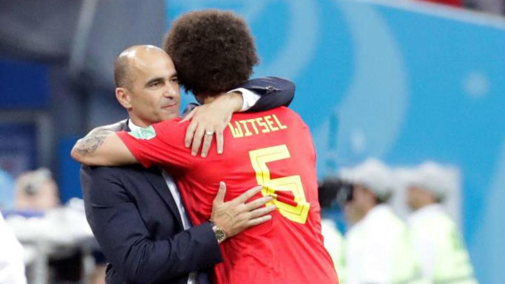 Axel Witsel se abraza a Roberto Martínez tras ser sustituido.