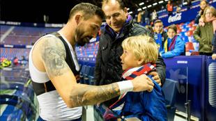 Morales regala al camiseta al joven aficionado del Levante