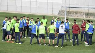 Diego Martínez se dirige a sus jugadores en el entrenamiento del...