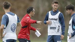 Oltra se dirige a sus jugadores en el entrenamiento del pasado...