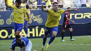 Manu Vallejo celebra el primer gol del Cádiz en presencia de Lekic y...